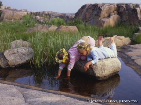 Flickor på Källmö Misterhults skärgård