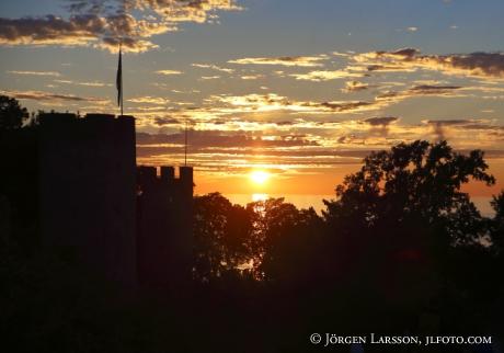 Solnedgång i havet vid Visby stadsmur