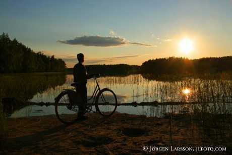 Pojke med cykel vid Fläten