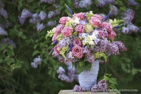 Blandade blommor i blå vas