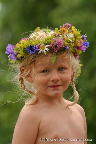 Flicka med blomsterkrans
