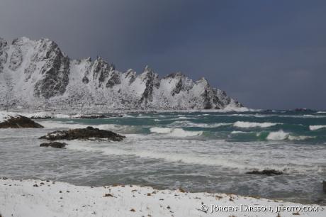 Mountaiins Winter Sea