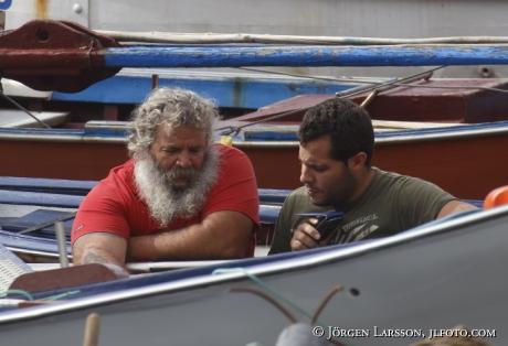 Fiskare vid sin båt