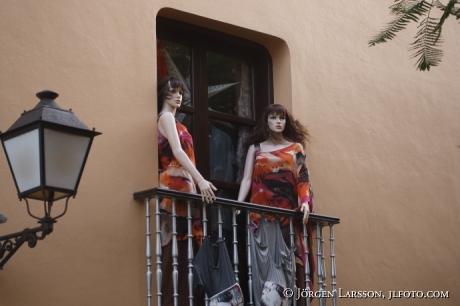 Dockor på balkong