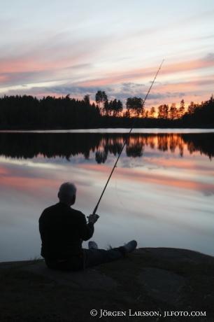 Fiskare vid insjö Värmland Sverige