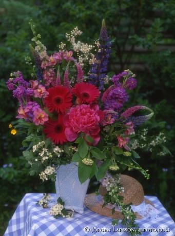 Blandade blommor i vas