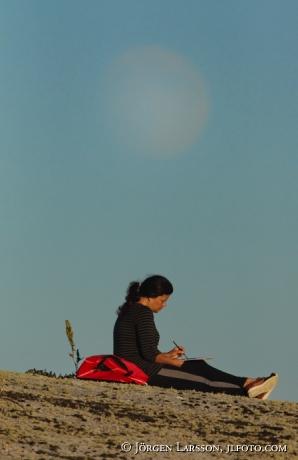 Akvarellmålande kvinna i månsken Smålands skg